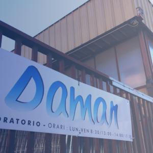 Da oltre trent'anni DAMAR SAS rappresenta un punto di riferimento a Roma e nel Lazio nel settore del sollevamento, dell' antinfortunistica edegli articoli industriali e sportivi. La nostra attività si concentra in particolare sulla produzione di sistemi di sollevamento qualifuni di acciaio, brache, catene e fasce in poliestere. Realizziamoinoltre reti anticaduta, reti per lo sport e di protezione, teli e coperture in Pvc con possibilità di personalizzazione grazie al nostro settore grafico. DAMAR SAS offreanche soluzioni di ogni tipo nell'ambito dell' antinfortunistica, della ferramenta, nella vendita di elettroutensili, segnaletica stradale e abbigliamento da lavoro.  Il servizio, la competenza e l'esperienza rendono dunque DAMAR SAS un riferimento essenziale per le imprese, la cantieristica e l'industria.